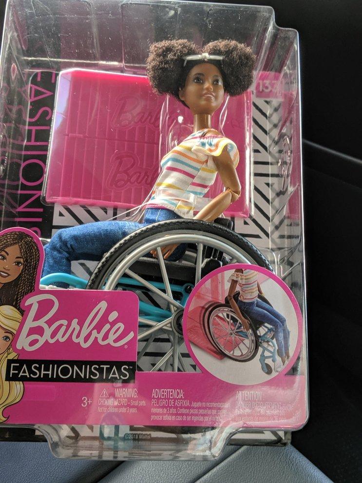La Barbie nera sulla sedia a rotelle stupisce tutti: «Ogni
