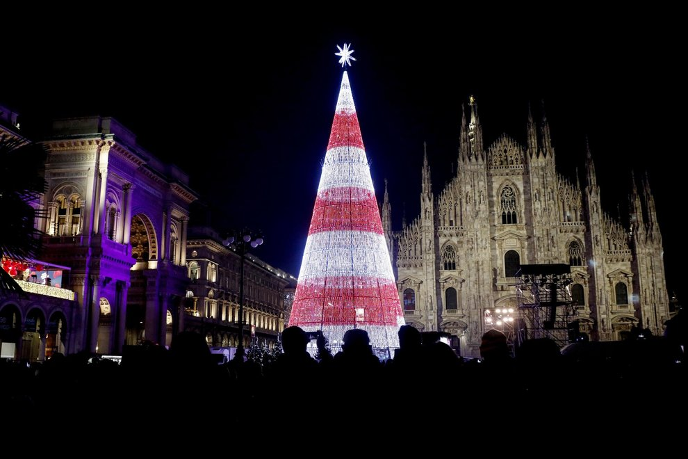 Albero Di Natale Milano.Milano La Spettacolare Accensione Dell Albero Di Natale In Piazza Duomo